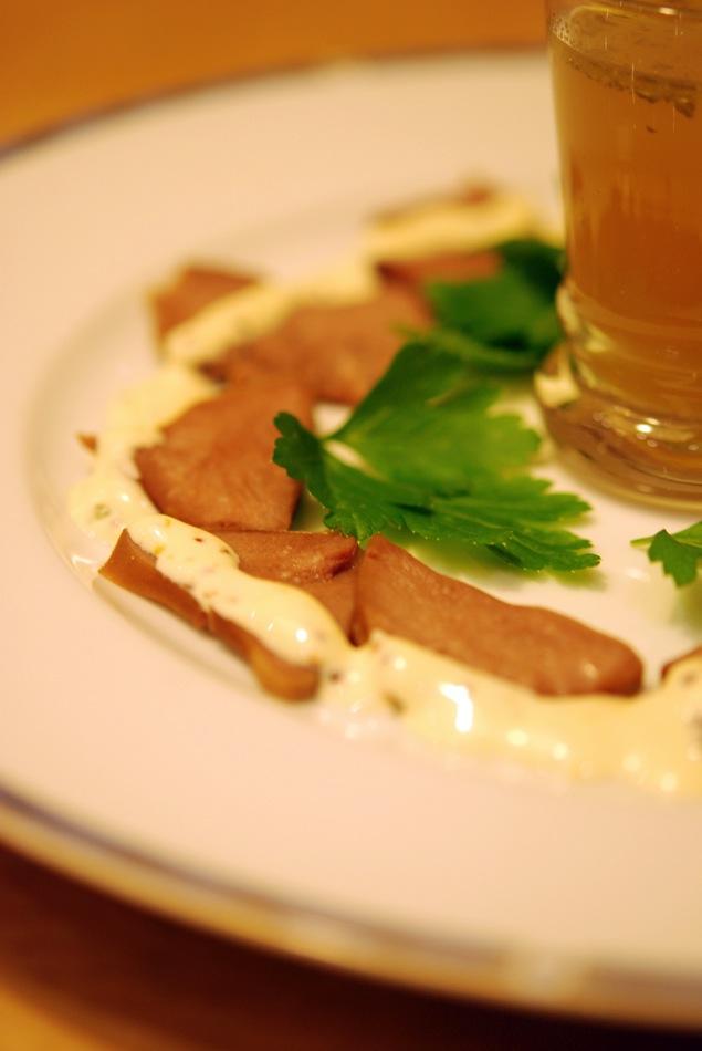 Scheiben von der Schweinezunge mit Grober-Senf-Mayonnaise & Brühe-Shot