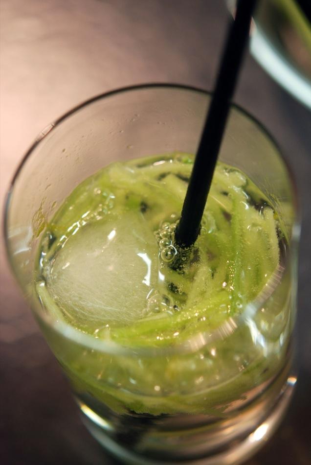 Longdrink - Ungava Canadian Gin-Tonic mit Jalapeño-Oliven und frischem Knoblauch