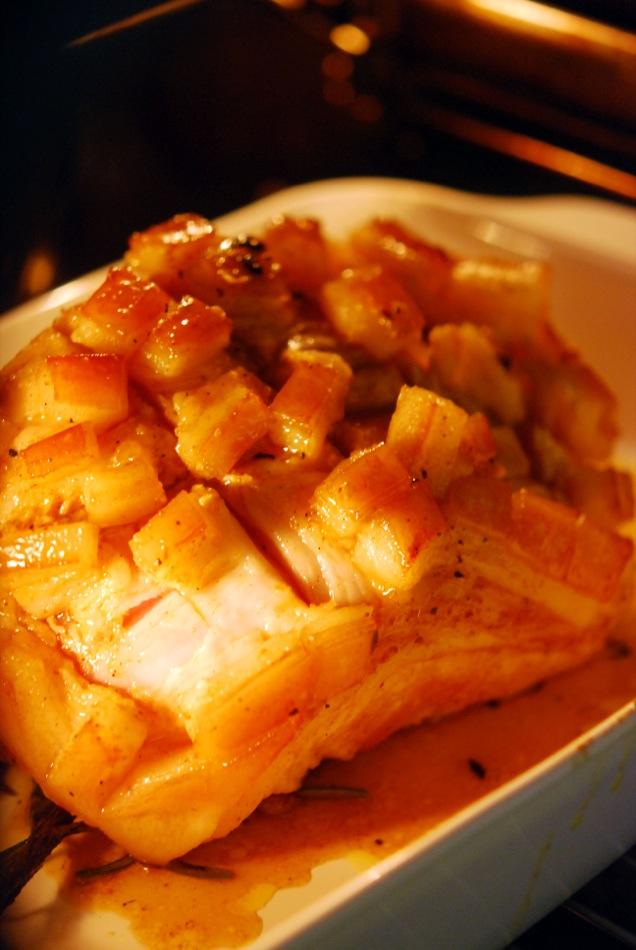 Schweinekrustenbraten mit Ahornsirup-Knoblauch-Curry-Marinade und Spinatklößen