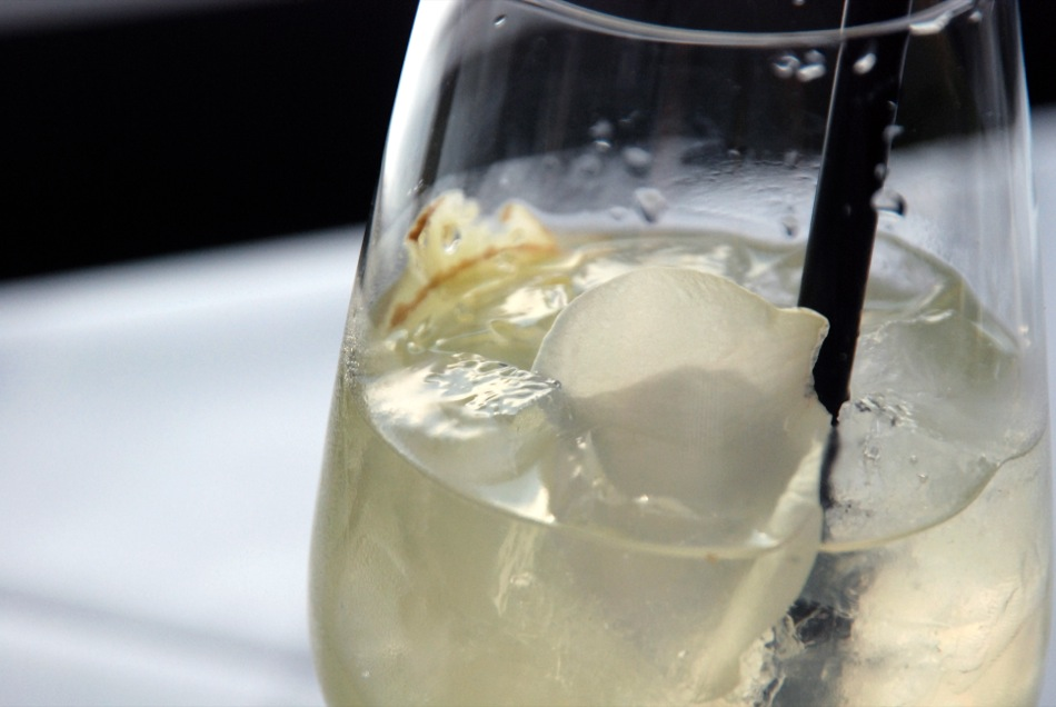 Wein-Cocktail mit Torrontès, Ingwersirup und Rosenblüten