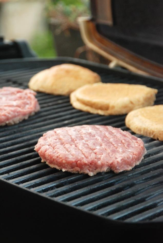 Lammburger mit Baconmarmelade, Ziegenfrischkäse und Trüffelmayonaisse