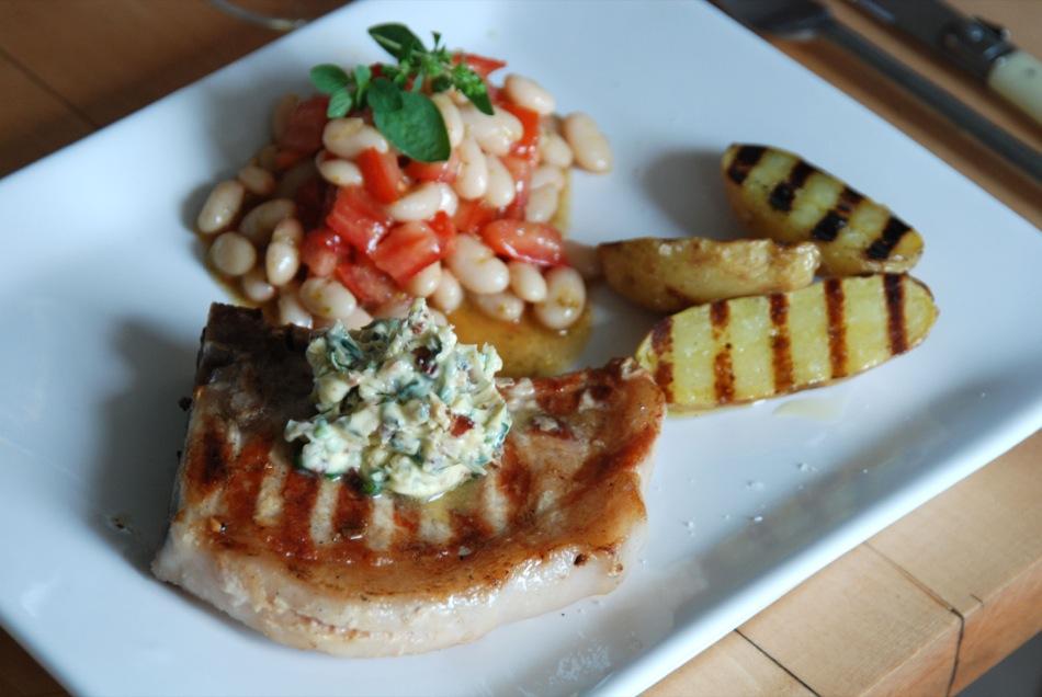 Scotch dusted Pork Chop mit Bohnen-Tomaten-Salat und gegrillten Kartoffeln