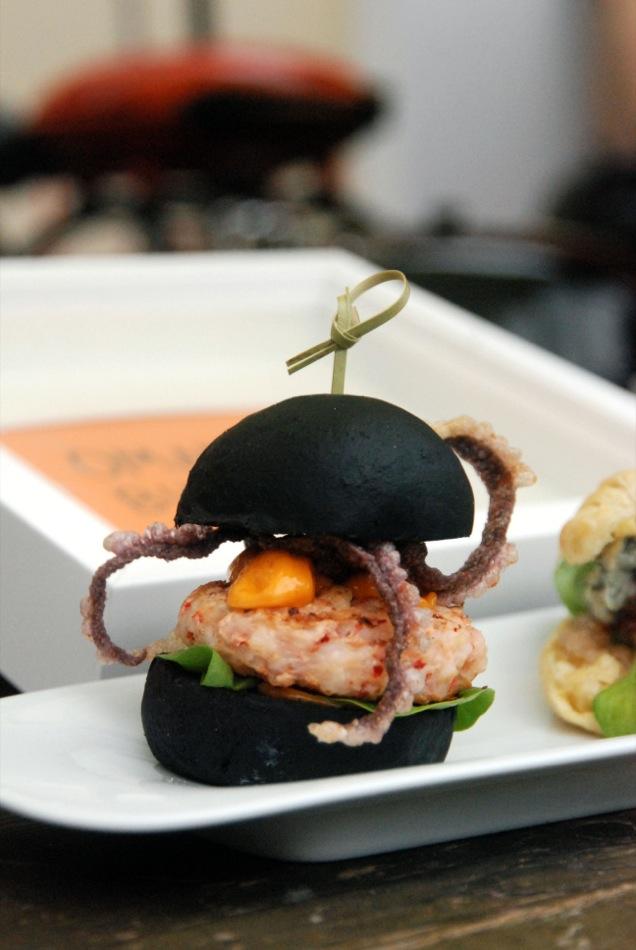 Slider Nr. 1: Schwarzer Tintenfisch Bun mit Black-Tiger-Garnelen¬-Patty Chorizo Mayonaisse und fritierten Tintenfischärmchen