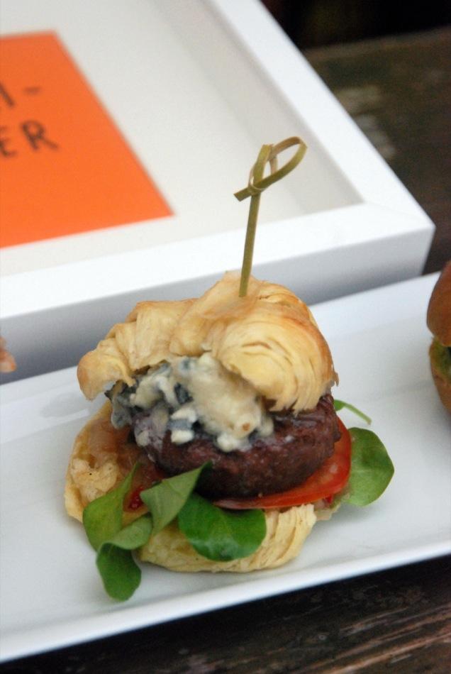 Slider Nr. 2: Blätterteig-Croissant-Bun mit Rinderhack-Patty, Roquefort, Birnen Feigensalsa  und Feldsalat