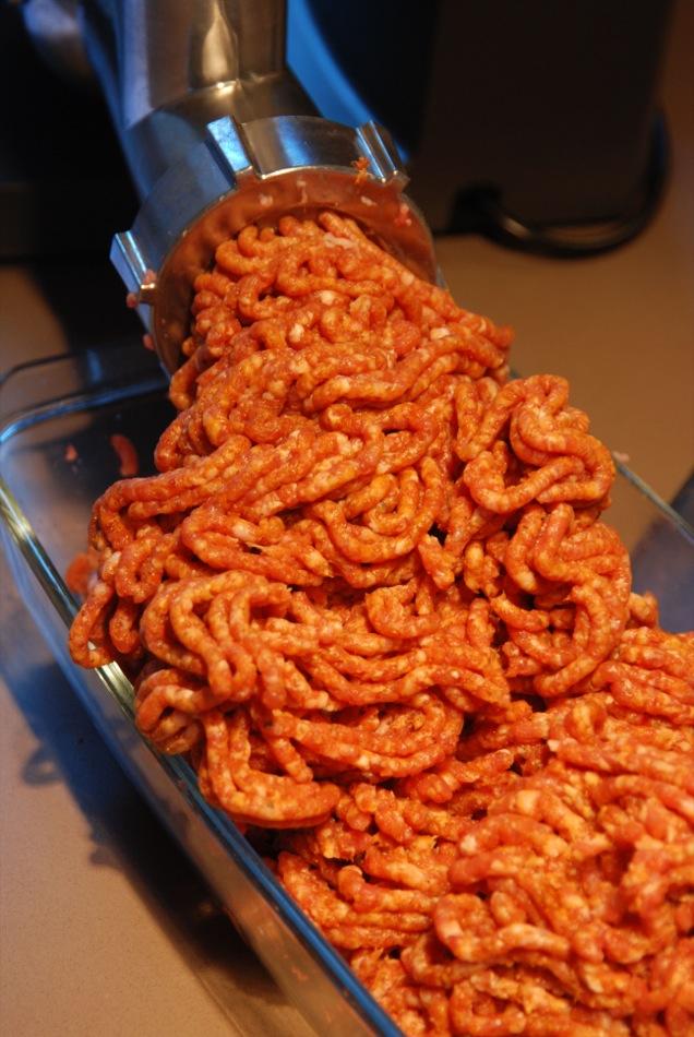 Die fertig gemischte MasseWursten merguez lamm paprika 04