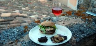 Burger de Provence mit Foie Gras, schwarzem Trüffel und einem Rosé
