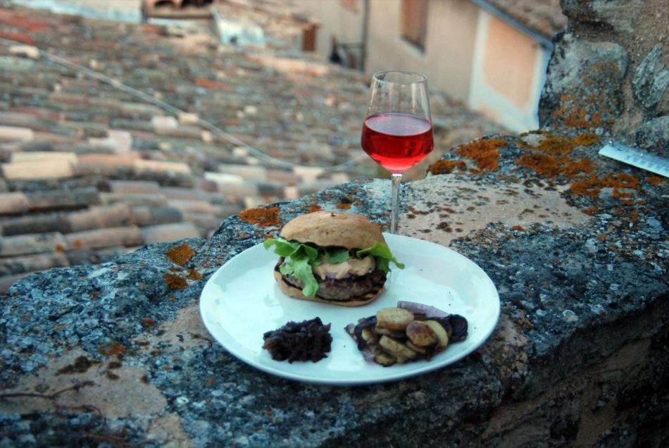 Burger de Provence mit Foie Gras, schwarzem Trüffel und einem Rose