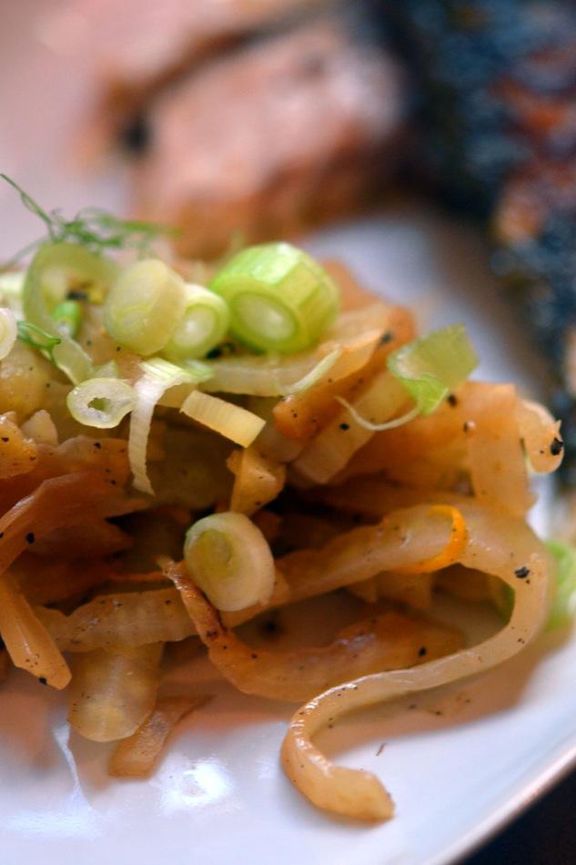 Am Stück gebratene Dorade, braune Butter & Fenchel-Kapern-Orangen-Gemüse