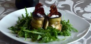 Auberginen-Ricotta-Röllchen mit Steinpilz-Salami-Chip