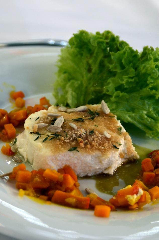 Salat mit Kürbiskerndressing mit gratiniertem Ziegenkäse und Hokkaido Chutney und Foccacia