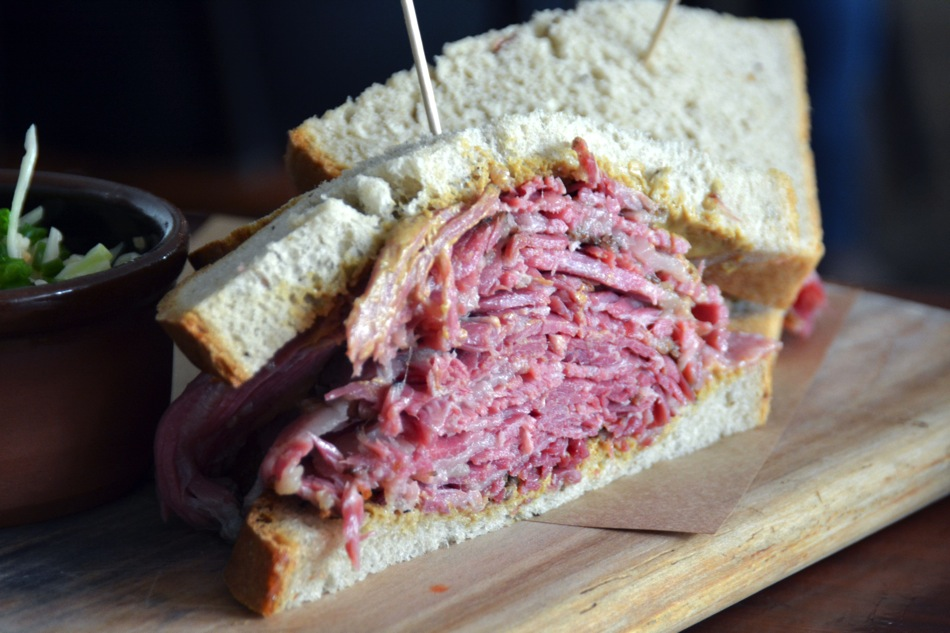 Pastrami-Sandwich - jede Menge saftiges Fleisch bei Mogg and Melzers in Berlin