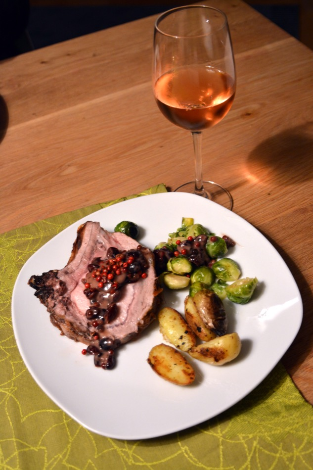 Rose Dinner Party: Schweine-Karree mit Rosa-Pfeffer-Cranberry-Sauce, Rosenkohl und gebratenen Drillingen