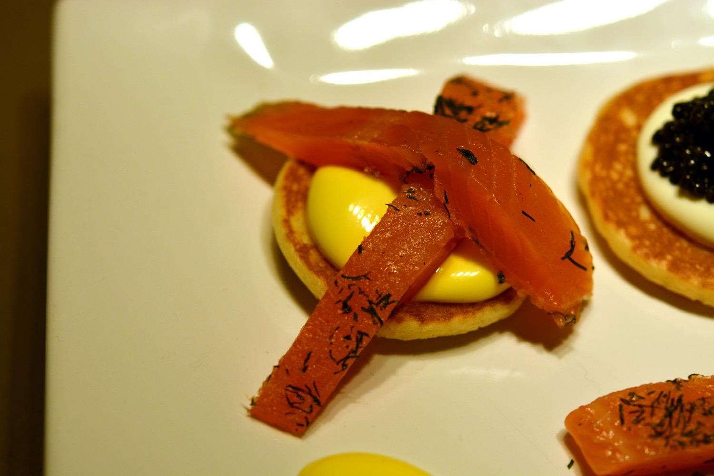 Zweierlei Kaviar, Blinis und gebeizter Saibling mit eigelber Mayonnaise