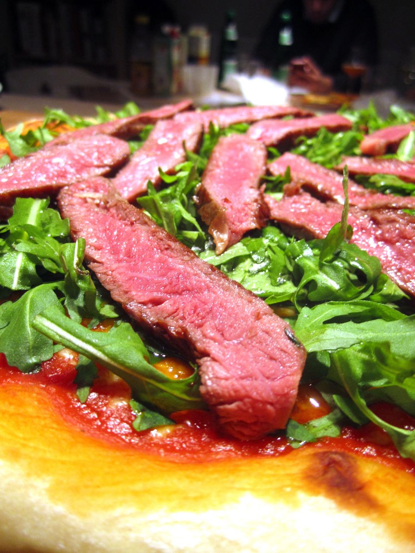 Pizza mit Rucola und Steakstreifen & Fresh Hop Indian Pale Ale
