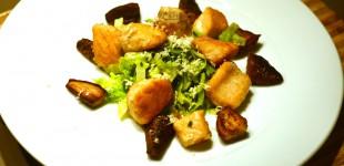 Gebratene Lachswürfel und Kerbelknollen an lauwarmen Spitzkohlsalat