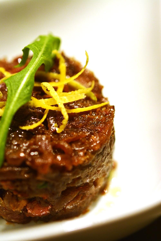 Thunfisch Tatar mit getrockneten Tomaten & Balsamico-Schmorzwiebeln