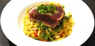 Roher Thunfisch im knusprigen Wasabi-Erdnuss-Mantel mit Curry-Reisnudeln