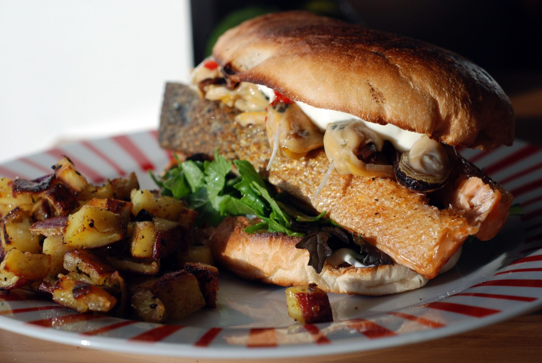 Burger mit Lachs auf der Haut, Greensheel-Muscheln & Kaper-Knoblauch-Sourcreme