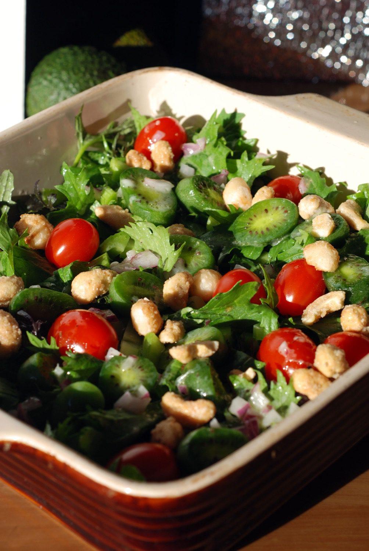 Kiwi-Berries mit gerösteten Honig-Nüssen und Wildkräutersalat