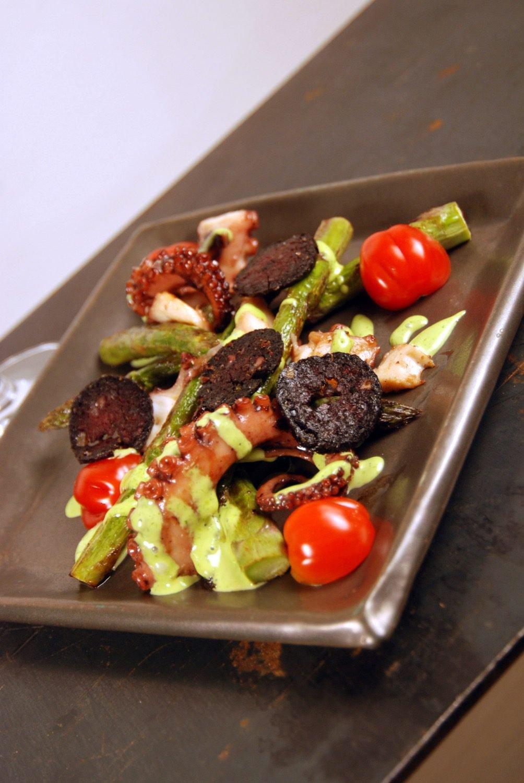 Salat von grünem Spargel, Oktopus, gebratener Blutwurst & Bärlauch-Aioli