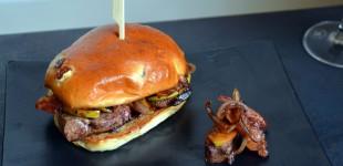 Schweine-Leber-Burger mit Bacon, Apfel & Zwiebel im Rosinen-Bun