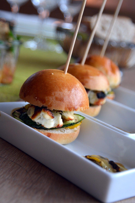 Rezept: Hallumi Burger mit Safran-Honig-Senf-Mayo und gegrilltem Gemüse