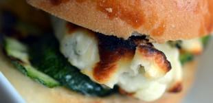 Hallumi Burger mit Safran-Honig-Senf-Mayo und gegrilltem Gemüse