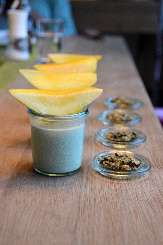 Rezept: Matcha-Panna-Cotta mit Nori-Karamell & Mango-Stick