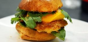 Jakobsmuschel-Mango-Burger mit Chili-Mayo & Koriander