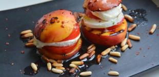 Caprese aus gegrillten Nektarinen, Tomaten und Büffel-Mozzarella