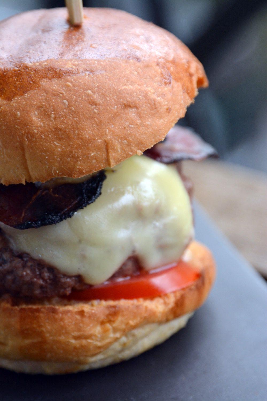 Der Südtirol-Burger mit Speck, Stilfser, Apfel-Mayo & Schüttelbrot-Crunch