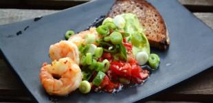 Scampi mit Guacamole, Tomaten-Salsa & geröstetem Krustenbrot